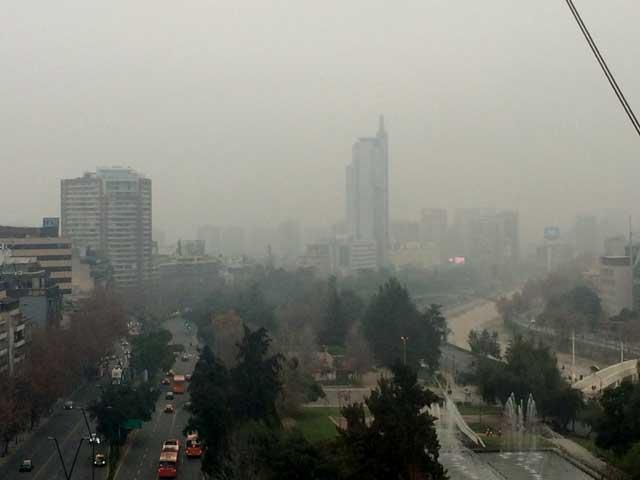 """Así luce Santiago este lunes, entre neblina y mucho, mucho esmog....que para el ministro de Medio Ambiente es """"aire bueno""""."""