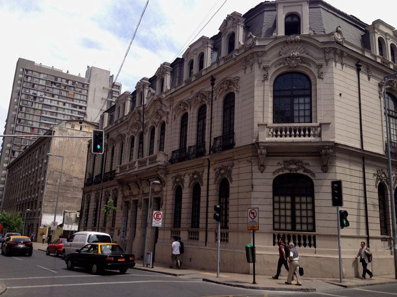 En Monjitas con Miraflores sobrevive este edificio, que ha sido rescatado por un colectivo cultural. En su interior funciona un entretenido café (Inés Arte Café) y pequeñas tiendas de diseño y conserva en gran parte la ornamentación original de la construcción.