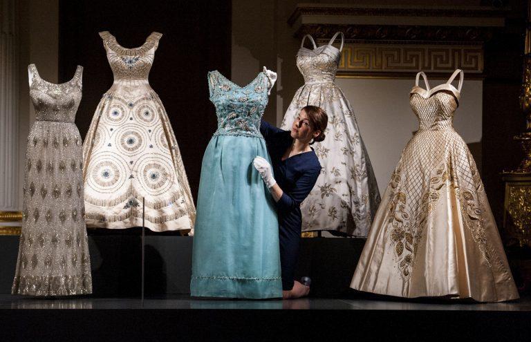 Espectacular exposición de la ropa de la Reina Isabel II