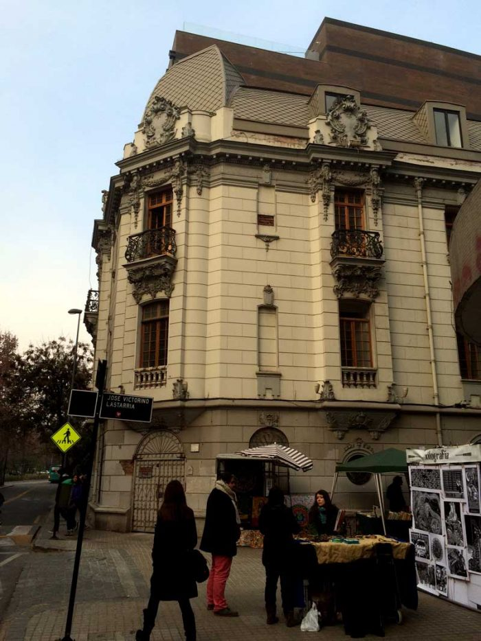 Merced con Lastarria, donde se inicia el recorrido hacia Alameda. Destaca el edificio que albergó al Instituto Chileno Francés de Cultura.
