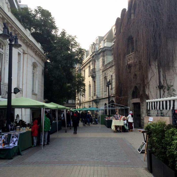 En plena calle Lastarria, pequeños puestos que ofrecen cristalería, antigüedades, arte y curiosidades.