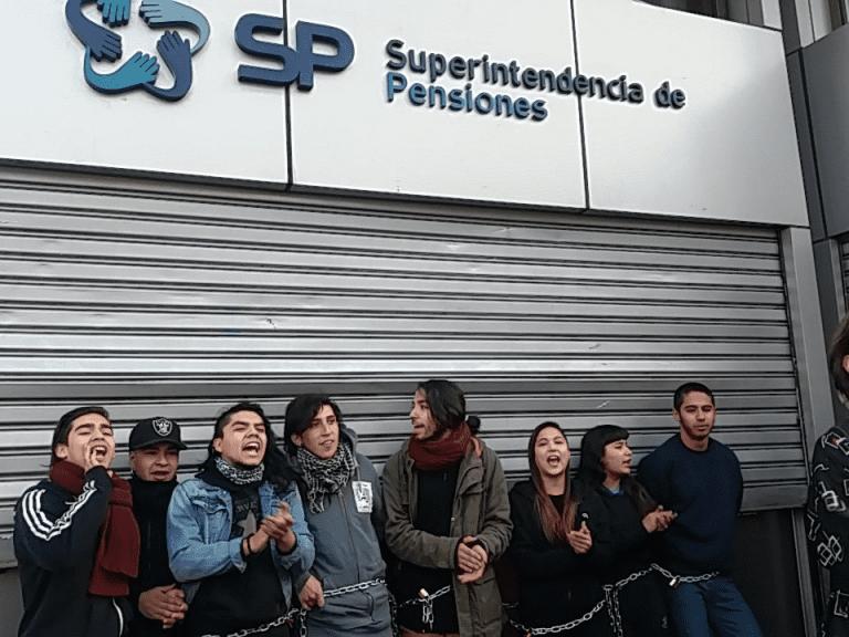 Estudiantes se encadenan en la Superintendencia de AFP