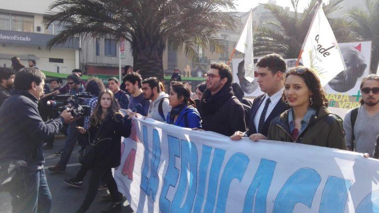 Con críticas a la reforma, estudiantes marchan en Santiago