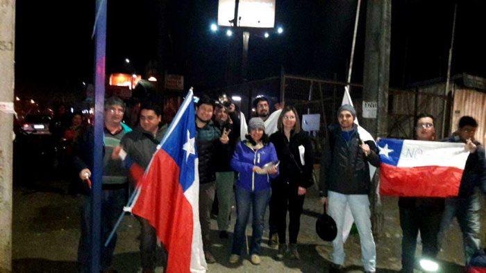En otro sector de Valparaíso la gente salió a marchar y a tocar sus cacerolas.