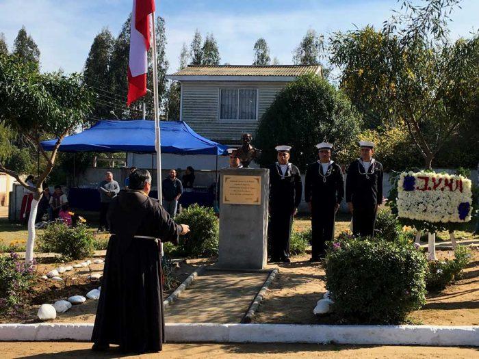 Vecinos de pequeña comunidad veraniega inauguran plaza monumento a Arturo Prat
