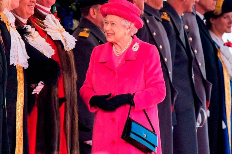 Lo que guarda la reina Isabel en su cartera
