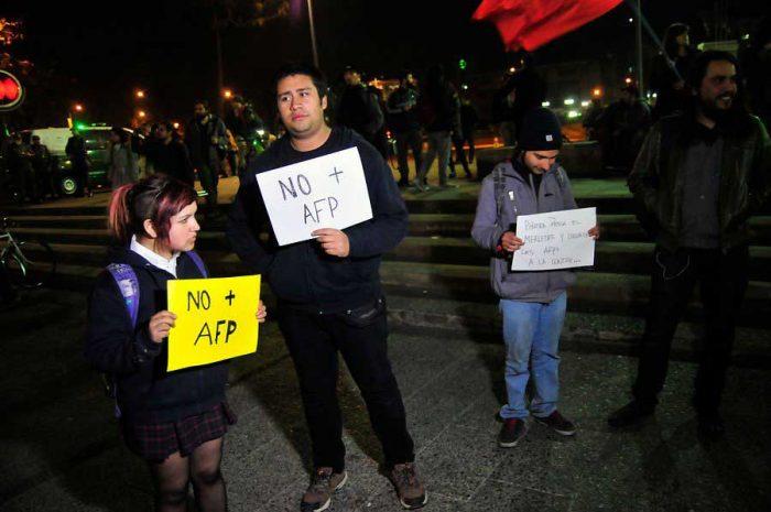 En la Plaza Italia de Santiago, se congregaron con pancartas y ollas.