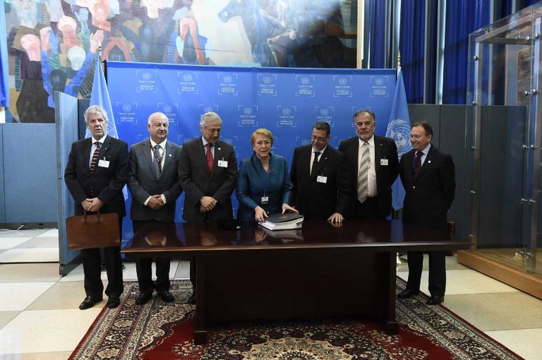 ONU: Bachelet firma Acuerdo de París para la prevención del cambio climático