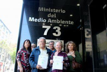 Pedro Davis entrega a Ministerio del Medio Ambiente más de 3.500 firmas contra megaproyecto en Parque Intercomunal