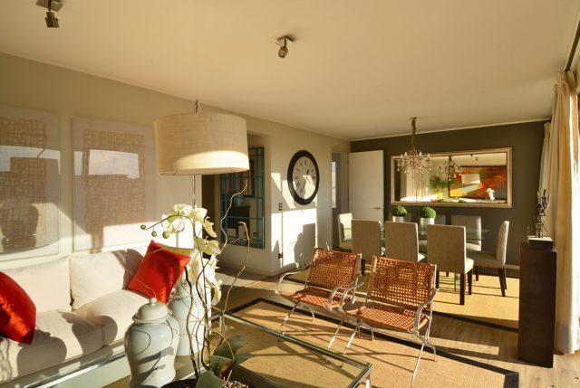 Blanco en retirada el color se toma los espacios for Interiores de viviendas