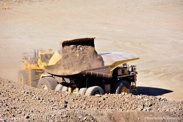 """Núñez (PC) y dirigentes pidieron a Sernageomin """"fiscalización especial"""" para minera china"""