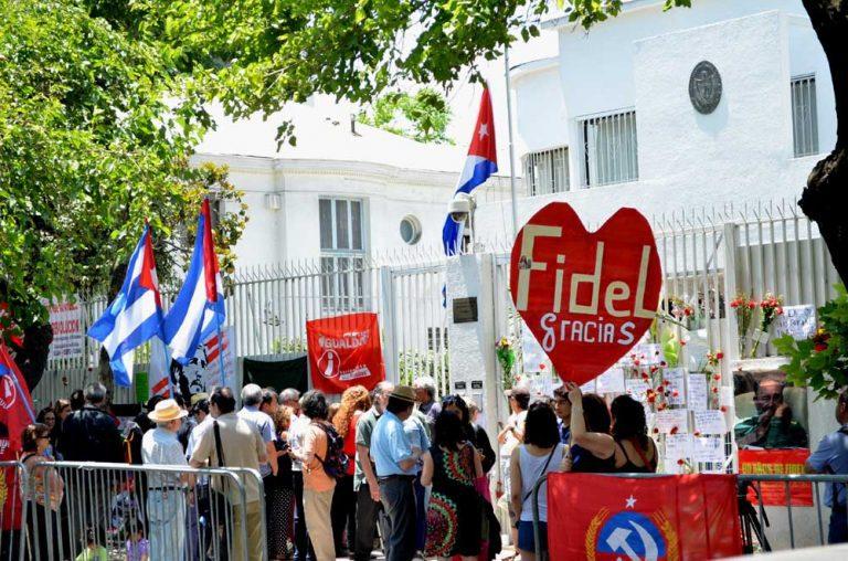 Claveles rojos homenajean a Fidel en embajada de Cuba en Santiago