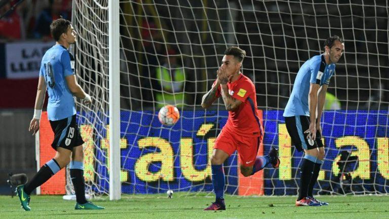 Chile derrotó a Uruguay con doblete de Sánchez y ascendió a la zona de clasificación directa