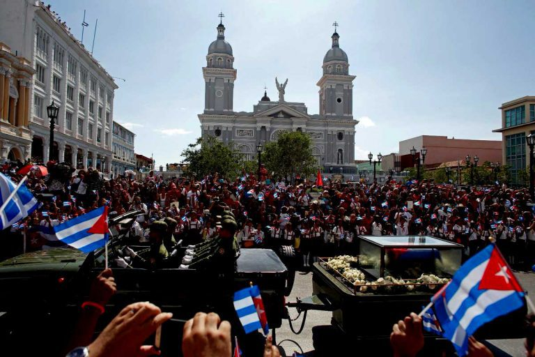 Cenizas de Fidel Castro llegan a su morada final en Santiago de Cuba