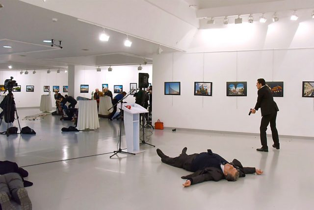 """Crítico del New York Magazine califica la escena de la muerte de embajador Ruso como una """"Pintura histórica"""""""