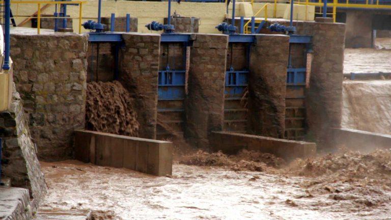 Aguas Andinas informa que seguirá el corte de agua en el Gran Santiago por alta turbiedad de río Maipo