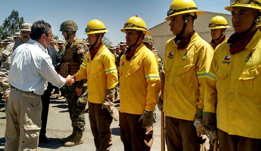 """Ministro Gómez: """"El trabajo de las FFAA en la emergencia fue importante y reconocido por la ciudadanía"""""""