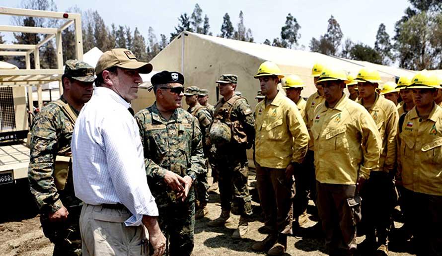 Ministro de Defensa junto a jefe del Ejército da el vamos a Base de Apoyo Humanitario en Santa Olga