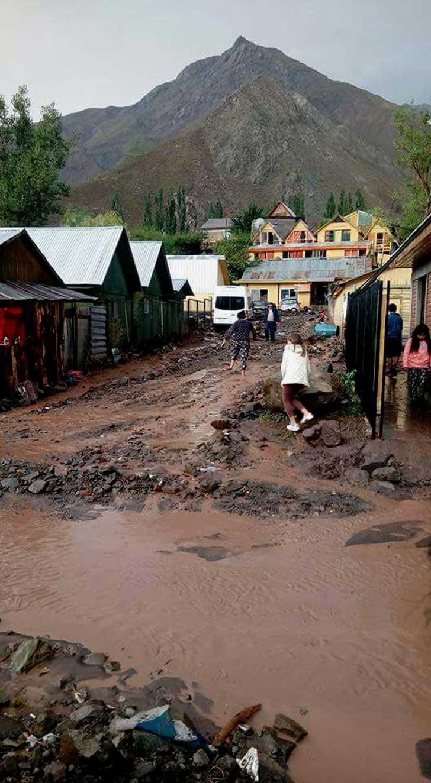 La calles de las Termas del Flaco se transformaron en un río de lodo y piedras luego del aluvión de esta tarde.
