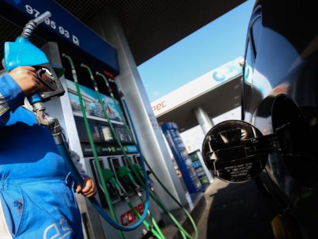 Una noticia positiva entre tanta desgracia: Este jueves bajarán los precios de las bencinas