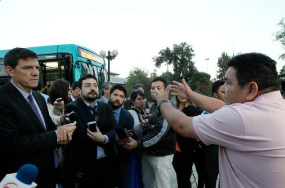 Taxista furioso increpa duramente a ministro de Transportes por Uber