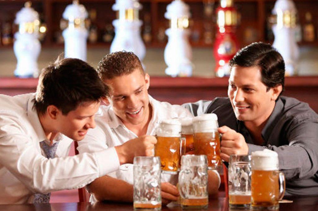 El beber alcohol haría perdurar la amistad entre hombres