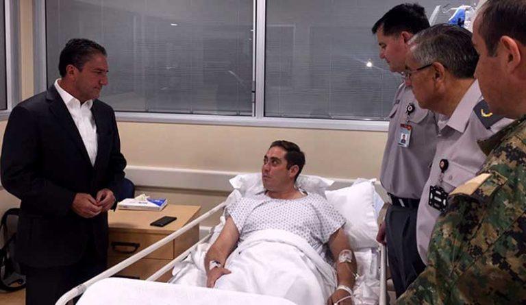 Ministro de Defensa visita a oficial del Ejército herido mientas realizaba desminado en frontera norte