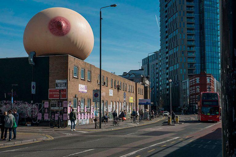 Pecho gigante aparece en Londres en forma de protesta