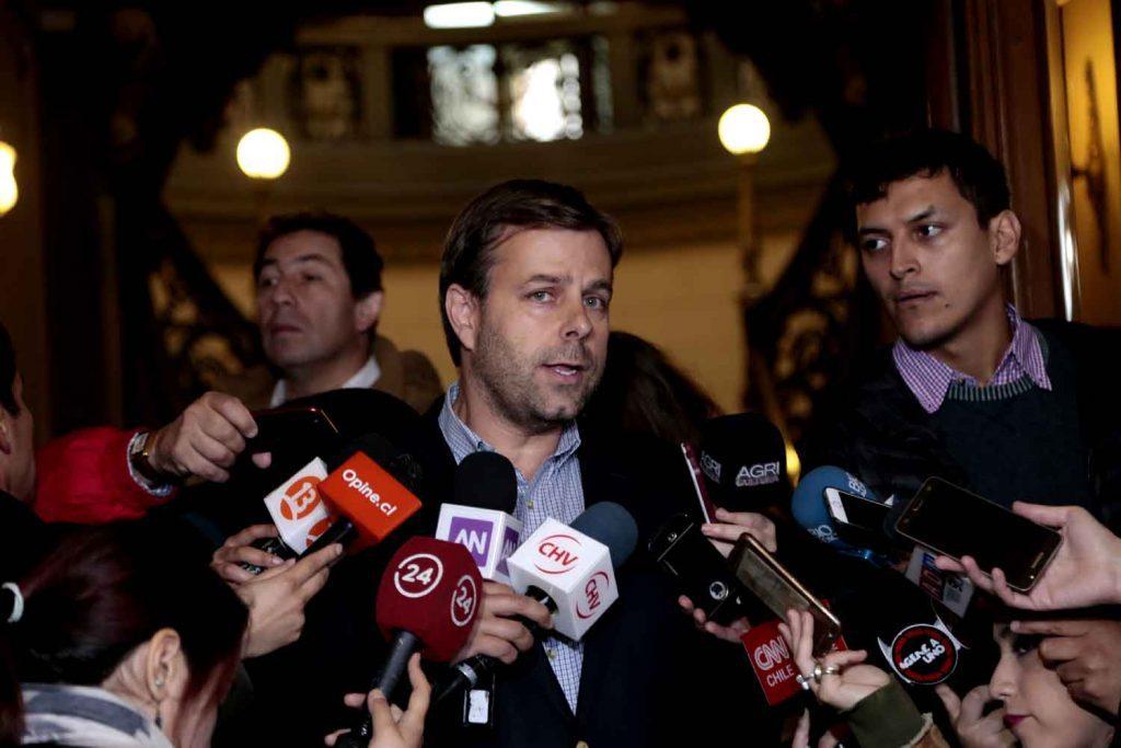 Alcalde Codina se cuela en reunión de la Intendencia  y le pide a Aguas Andinas que no siga dando excusas y  entregue soluciones