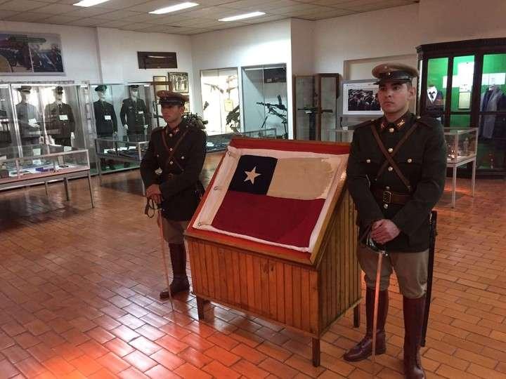 Argentina devuelve a Chile la histórica bandera capturada en Laguna del Desierto