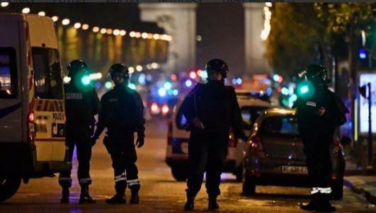Los Campos Elíseos se tiñen de rojo tras tiroteo que deja un policía muerto y otro herido