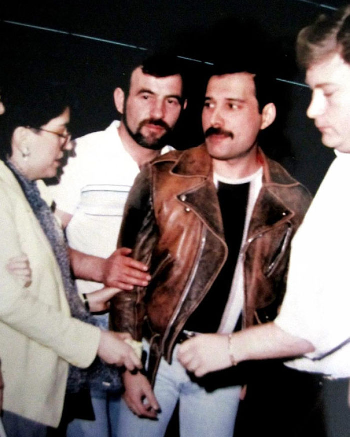 freddie-mercury-jim-hutton-candid-photos-3-592d3b8439c82__700
