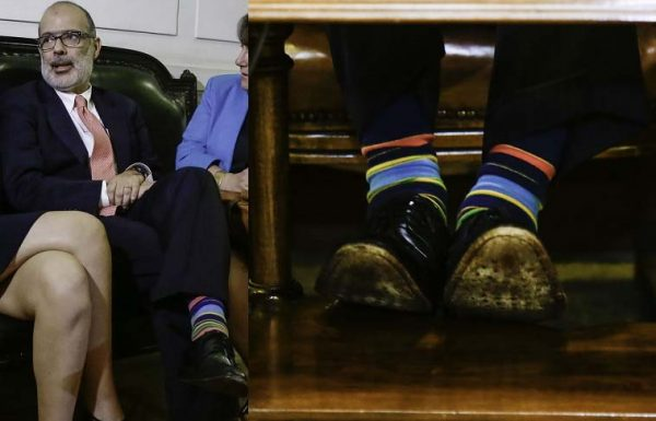 El ministro con sus calcetines de colores y que su fotógrafo se dio el trabajo de destacar con una foto detalle, recordando las fotos de los zapatos de la entonces ministra Matthei.