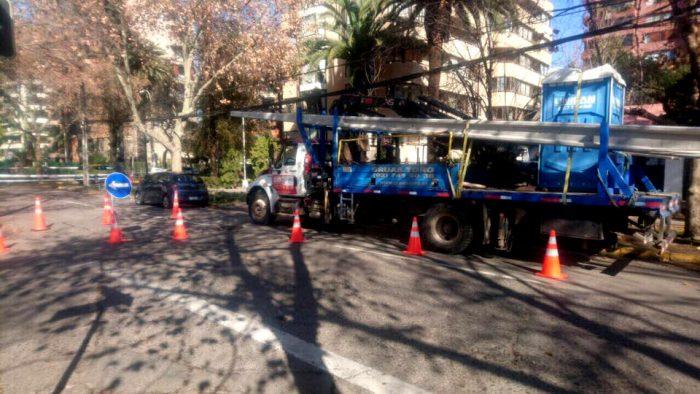 Reposición de postes en comuna de Providencia. Alcaldesa reclama que estos problemas se pudieron haber evitado si no hubieran cables a la vista.