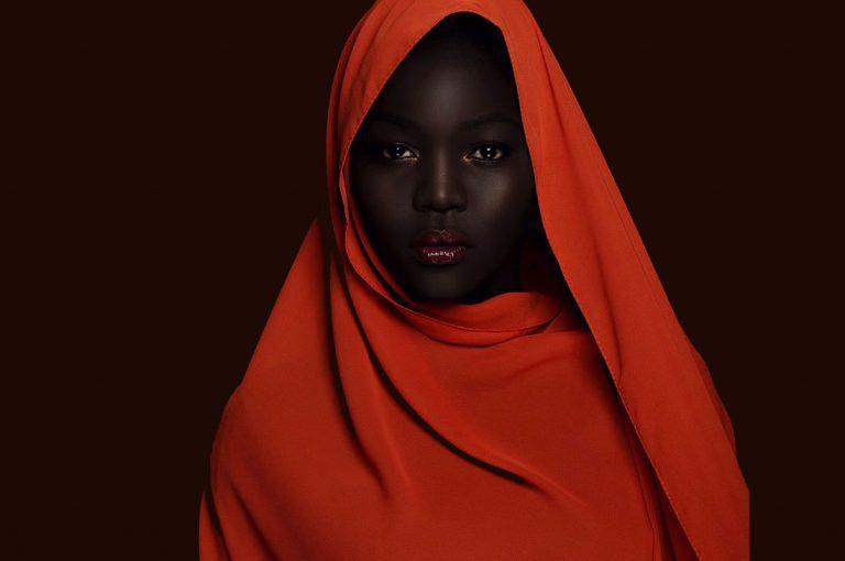 """La modelo que se hace llamar """"la reina de la oscuridad"""" triunfa en internet"""