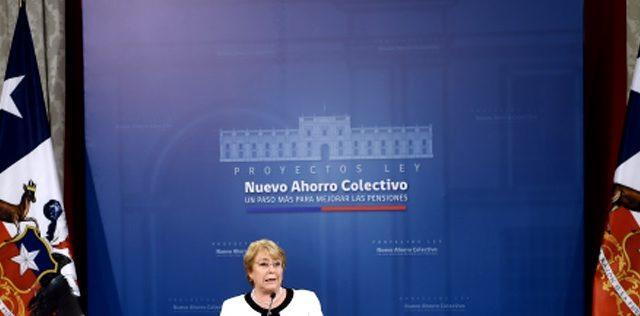 """Bachelet firma 3 proyectos de ley para emblemática Reforma al Sistema de Pensiones: No les gustó a la """"industria de las AFP"""""""