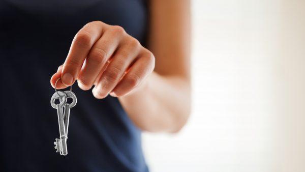 departamentos-en-arriendo-mujer-sosteniendo-llaves