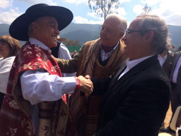 """Sebastián Piñera saluda al candidato a senador independiente por RN, Kenneth Pugh, junto al """"patriarca"""" de la región el ex senador Sergio """"negro"""" Romero."""