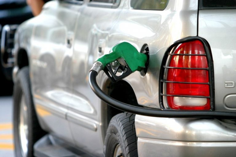 Buena y mala: Suben las bencinas y baja el diésel