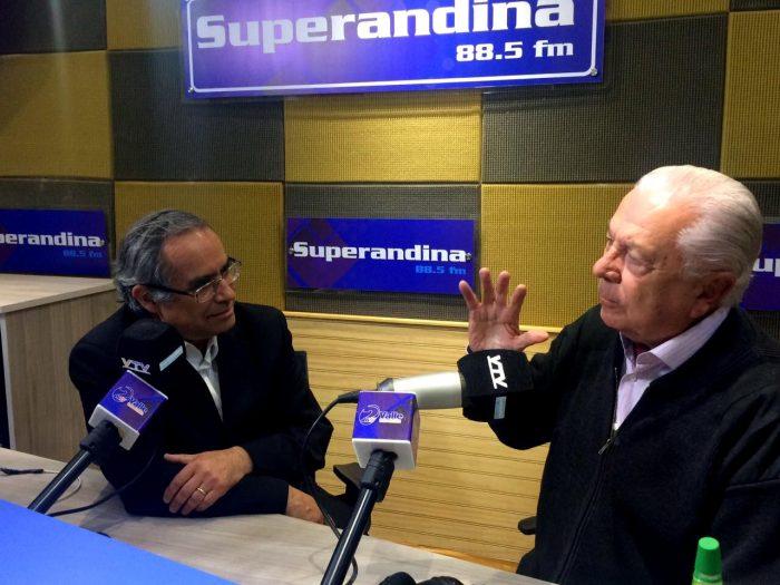 Kenneth Pugh junto al ex senador Sergio Romero en una radio de San Felipe.