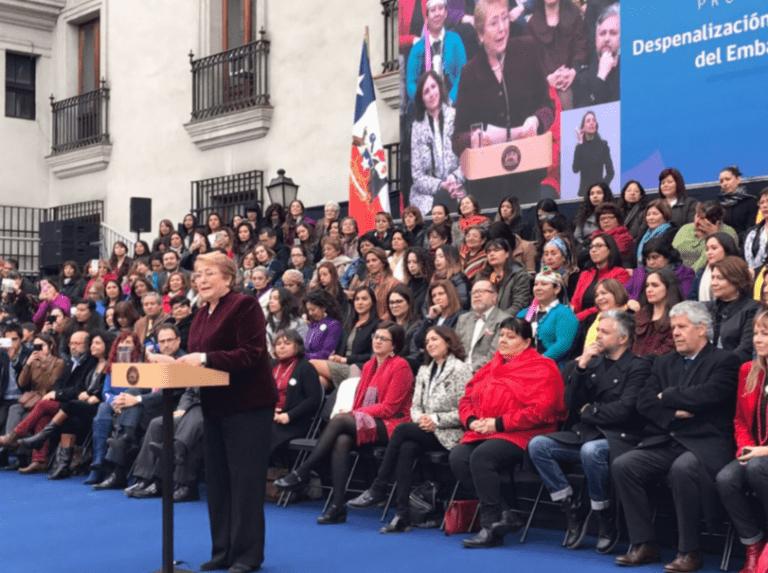 """Bachelet promulga ley de aborto en tres causales: """"Representa un paso histórico para nuestro Estado"""""""