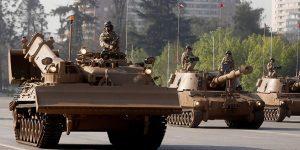 """Blindados de la 3ra Brigada Acorazada """"La Concepción"""", de Antofagasta, perteneciente a la I División de Ejército.  Desfilarán tres tanques Leopard """"A4, tres carros Marder de infantería blindada, una pieza de artillería Auto Propulsada M-9 (155 mm), un tanque de ingenieros Lanzafagina (habilita vías para paso de vehículos) y un tanque de Ingenieros Dash (con pala para movimiento de tierra y grúa)."""