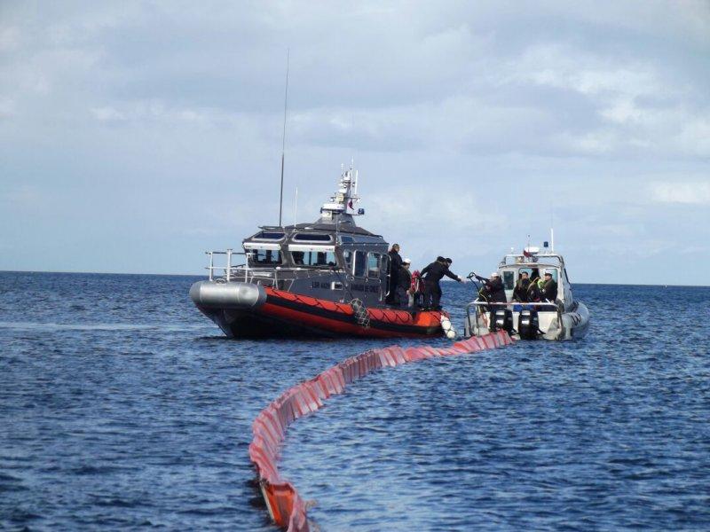 Buzos de la Armada descartan derrame de petróleo de barco salmonero hundido en Chiloé