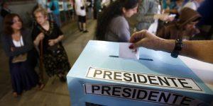 CH327- SANTIAGO (CHILE) , 17/11/2013.- Chilenos depositan su voto hoy, domingo 17 de noviembre de 2013, en Santiago, donde más de 12 millones de chilenos están llamados a votar en las elecciones presidenciales, parlamentarias y de consejeros regionales del país. Ante la fuerte incertidumbre sobre cuán alta podría ser la abstención en las elecciones que se celebran, el Gobierno y los candidatos se han esmerado en estimular a los votantes hasta el último minuto. EFE/Sebastian Silva