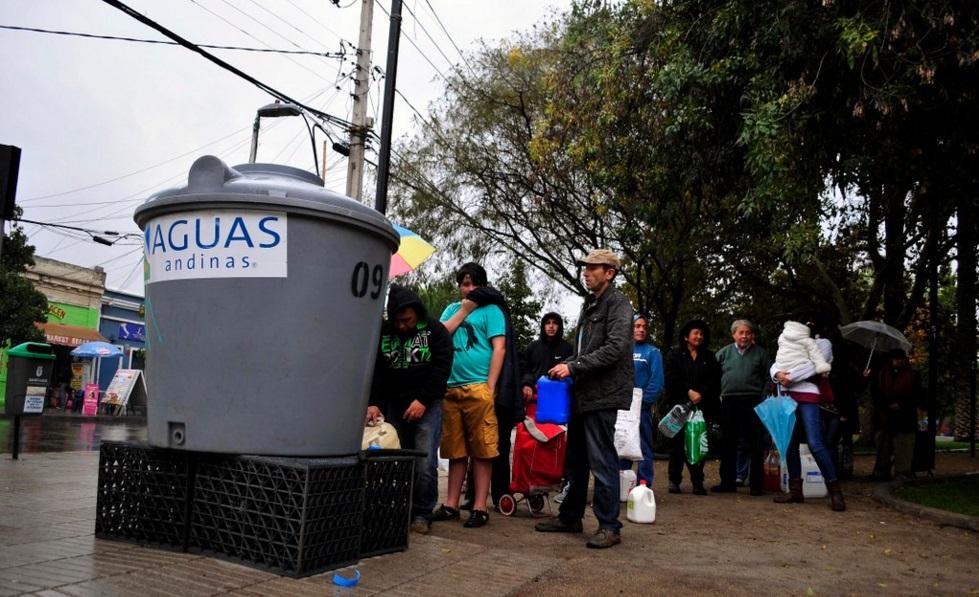 Aguas Andinas y autoridades firman protocolos para distribución de agua en emergencias