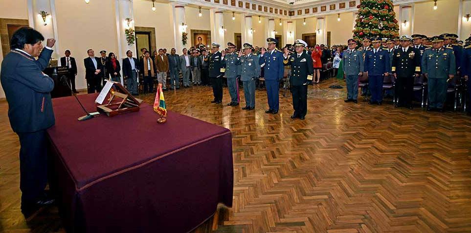 """Evo nombra a almirante de Armada Boliviana como comandante en Jefe de las FFAA de su país y les pide que se """"preparen post demanda marítima"""""""