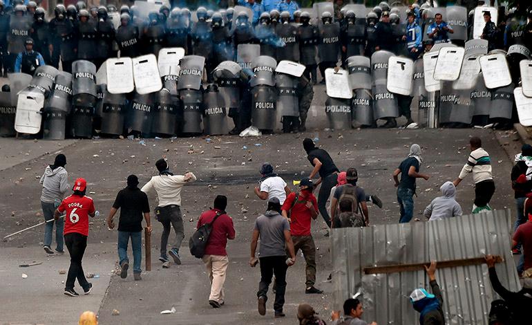 """Se agrava la crisis en Honduras y Gobierno declara """"estado de excepción"""" mientras sube la cifra de muertos y heridos"""