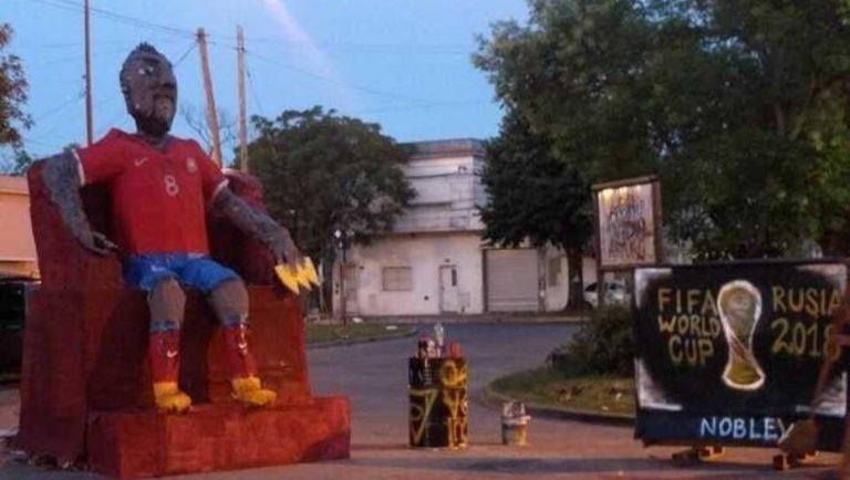 """En Argentina se ríen de """"Rey Arturo"""" y le dedican mono gigante para tradicional quema en fiesta de Año Nuevo"""