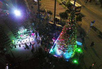 Árbol gigante operado a pilas ilumina la Navidad en Concepción