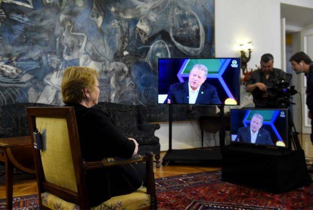 """En el día en que la Presidenta conversa de medio ambiente con Al Gore, recibe premio ONU """"Campeones de la Tierra"""""""